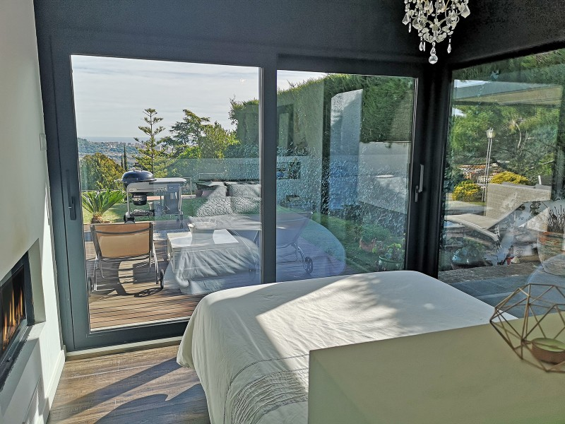 Suite, access to the garden, with double fireplace and view of the living room