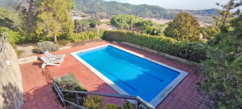 Private pool with shallow area